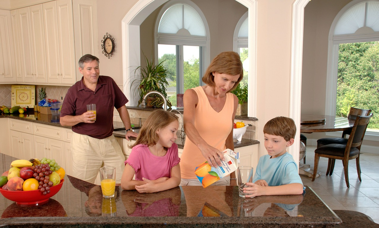 family-drinking-orange-juice-619144_1280.jpg